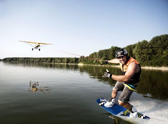 Hinterberger waked hinterm Flughzeug. Foto: Johannes Sautner - shootandstyle.com