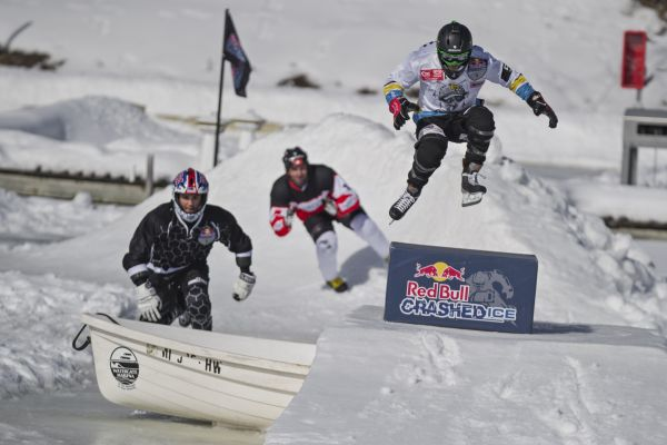 Training mal anders: Red Bull Crashed Ice Athleten auf dem Mississippi. Foto: Sebastian Marko/Red Bull Content Pool